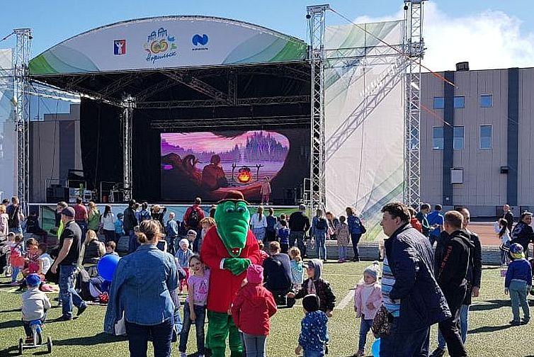 """Кинотеатр """"Родина"""" показывает мультфильмы на стадионе """"Заполярник"""""""