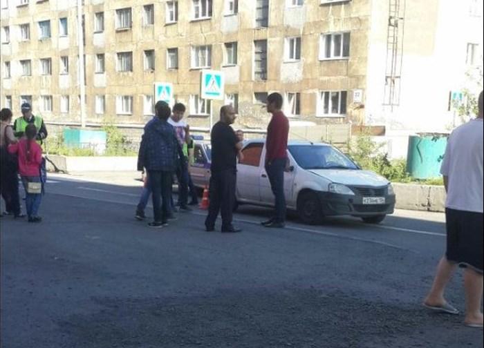 """Очевидцы: женщину с ребенком сбили на """"зебре"""" в центре Норильска"""
