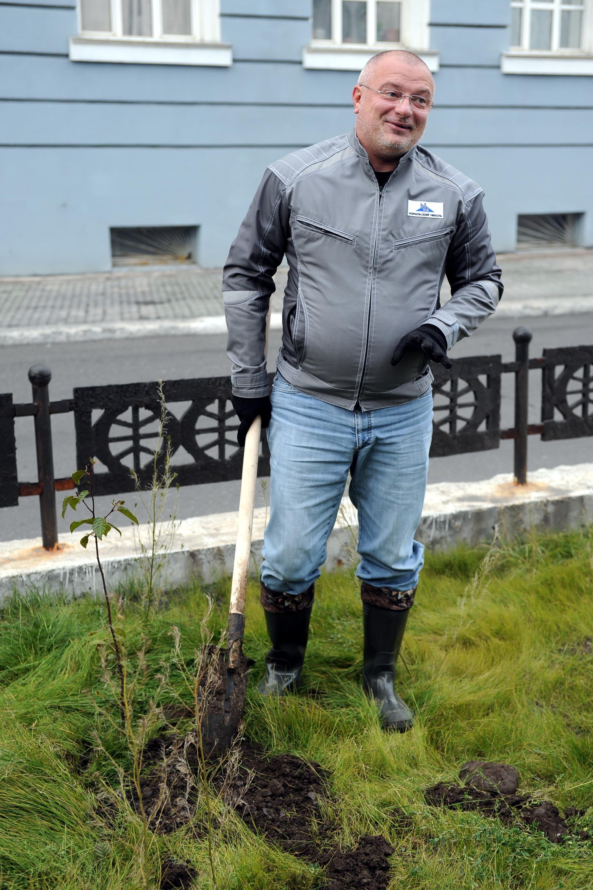 Сенатор Андрей Клишас принял участие в субботнике по озеленению Норильска