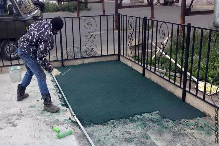 """В дудинском """"Арт-дворике"""" укладывают резиновое покрытие"""