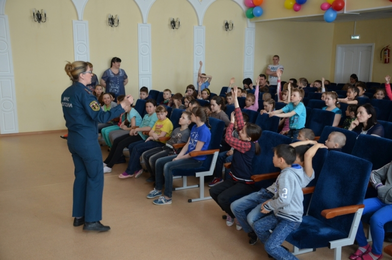 Воспитанники дудинского пришкольного лагеря узнали, как безопасно провести каникулы
