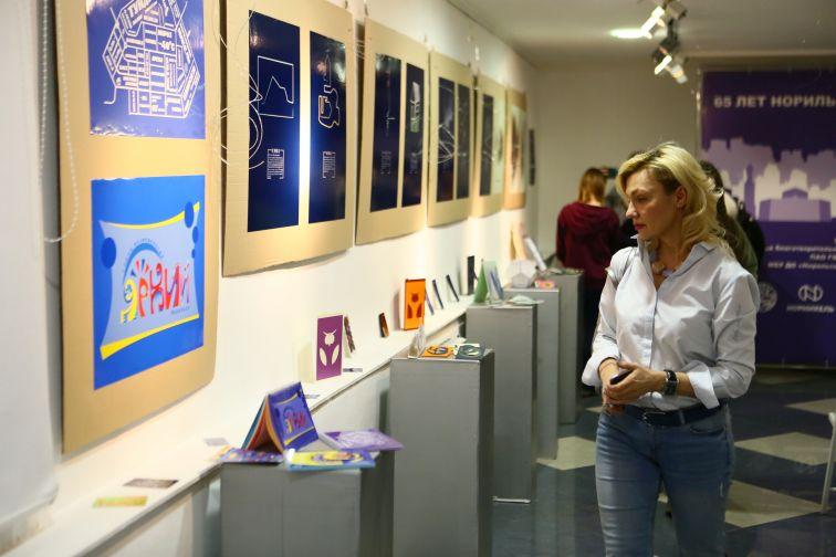 """Выставка """"Юбилею посвящается"""" открылась в Норильске на площадке PolArt-резиденции"""