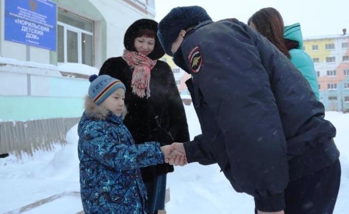 Норильские Госавтоинспекторы исполнили мечту воспитанника детского дома