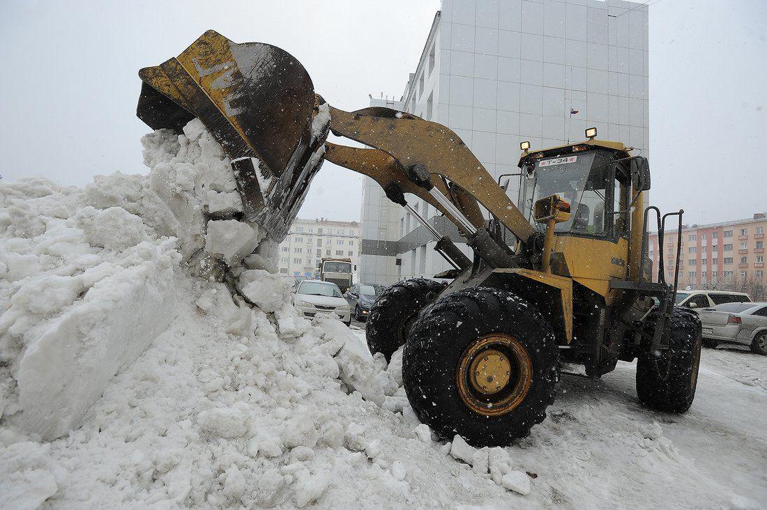 50 спецмашин убирают снег с автодорог Норильска