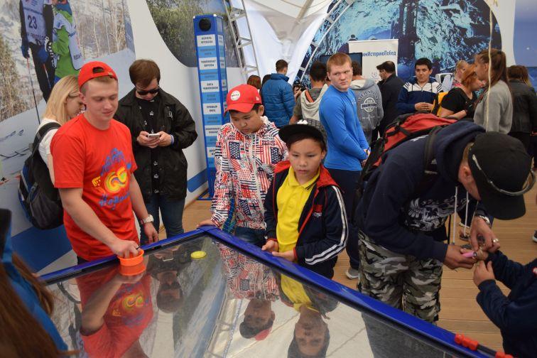 "U-Лайка и робот NIKaNOR встречают гостей в шатре на стадионе ""Заполярник"""