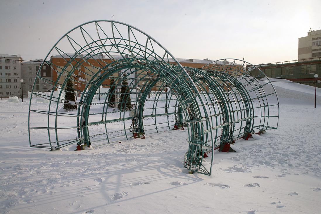 Малолетние вандалы испортили световую инсталляцию в снежном городке в Норильске