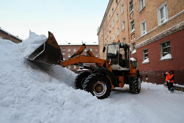 В норильских дворах уборкой снега занимается 65 единиц специальной техники