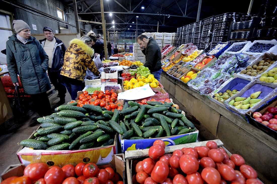 В норильские магазины поступили первые овощи и фрукты летнего завоза