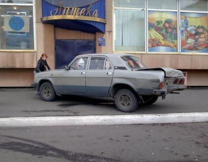 """В Норильске """"Волгу"""" прижало к дверям магазина (ФОТО)"""
