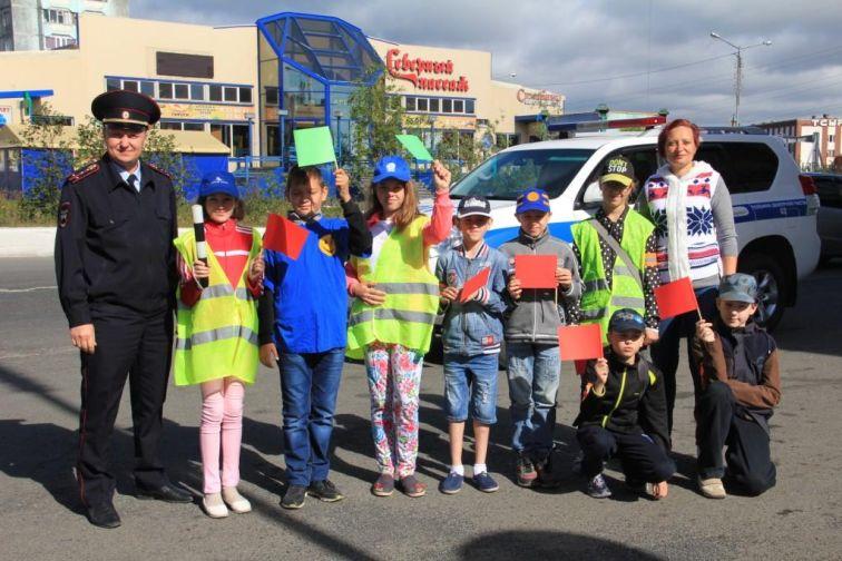 Школьники Талнаха вручили красные флажки нарушителям ПДД