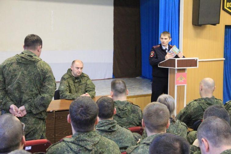 Норильские госавтоинспекторы познакомили военнослужащих с новшествами ПДД