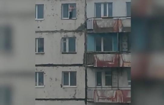 В Норильске мальчик вышел на карниз девятиэтажки