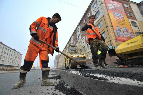 В Норильске переделывают плохо уложенное дорожное полотно