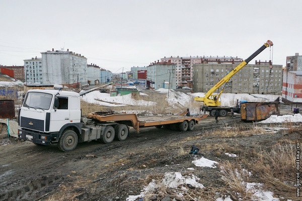 14 захламлявших территорию балков вывезли со склона Северного проезда в Дудинке