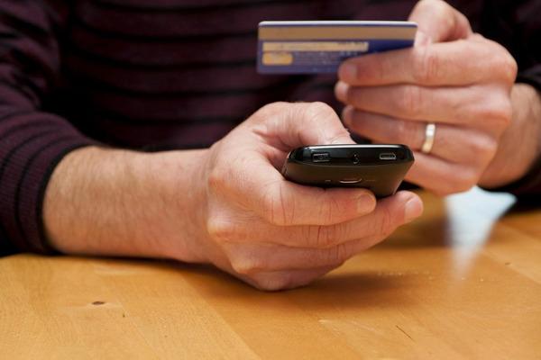 У норильчанина «увели» с банковских карт почти миллион рублей