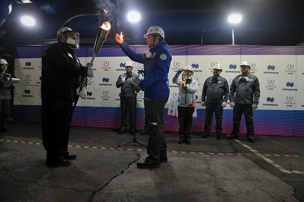 На Надеждинском металлургическом заводе огонь Универсиады объединили с огнем расплава плавильной печи