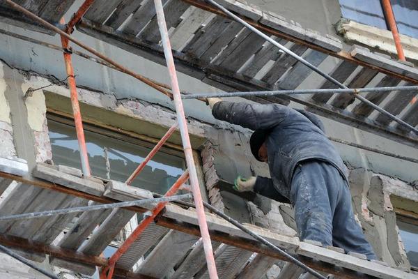 Подрядчики не успели отремонтировать фасады нескольких норильских объектов