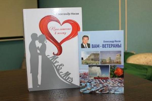 Норильский поэт Александр Носов подарил библиотеке свои новые книги