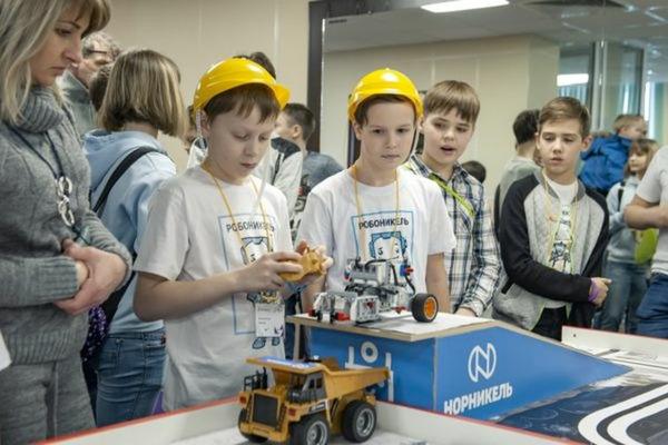 500 школьников заполярных городов приняли участие в масштабных соревнованиях по робототехнике
