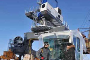 Завершается монтаж двух новых портальных кранов фирмы Liebherr на причалах высокой воды Дудинского морского порта