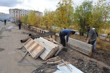 """Началась установка нового ограждения стадиона """"Заполярник"""""""