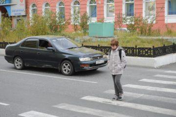 10 норильских водителей, не уступивших дорогу пешеходам, оштрафованы за неделю