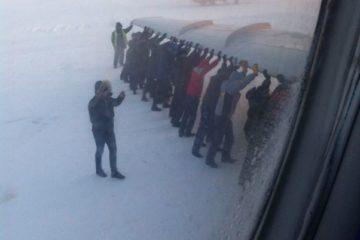"""Три работника аэропорта """"Игарка"""" уволены после прошлогоднего инцидента с буксировкой самолета пассажирами рейса"""