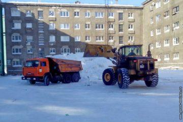 10 дудинских дворов очистили от снежных завалов за выходные