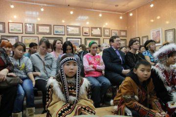 """Выставка картин известного нганасанского художника Мотюмяку Турдагина """"Человек северного сияния"""" открылась на Таймыре"""