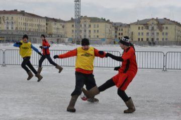 Семь норильских команд сыграли в футбол в валенках на снегу