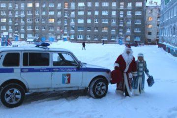 Полицейский Дед Мороз навестил норильскую многодетную семью