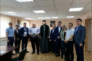 Священник обсудил с норильскими следователями темы духовного и нравственного развития