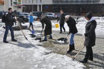 Пробиться к Пушкину пытаются участники субботника в городском сквере