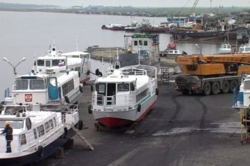 В Норильске на причале ЦАТК на воду спустили пассажирские катера
