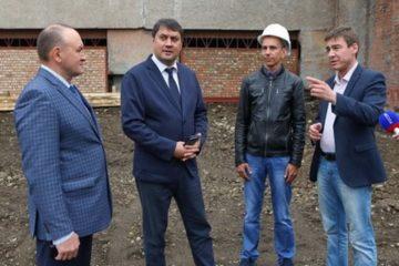 Глава Норильска оценил ход реконструкции и ремонта двух объектов в Талнахе
