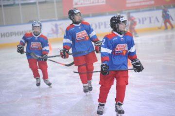 На льду «Арктики» прошел мастер-класс для юных хоккеистов