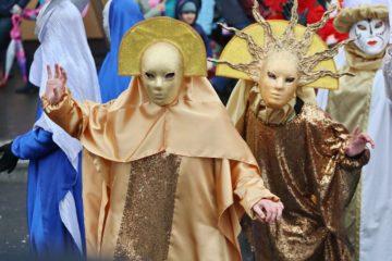 «Живые» куклы, венецианские маски и целлофановые флаги