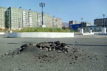 Возле талнахской поликлиники вскрылся асфальт