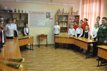 В норильской гимназии №4 открылась именная парта Семена Уганина