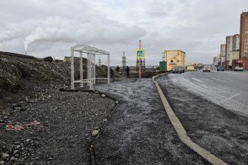 Неопытный подрядчик не успел обустроить четыре автобусные остановки в Норильске