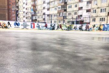 В одном из норильских дворов залили хоккейную площадку