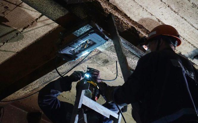 Станет ярче: на Цементном заводе меняют старые лампы на современные