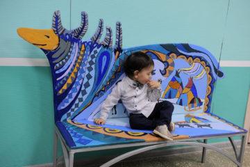 Десять разрисованных скамеек появились в городской детской поликлинике