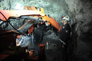 Две самоходные буровые установки Sandvik позволили механизировать установку анкерной крепи на руднике «Заполярный»
