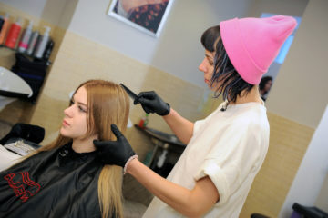 С моделями, отобранными для модного показа на Медном заводе, работают парикмахеры-стилисты
