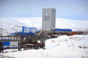 На площадке рудника «Скалистый» строят линию электропередачи
