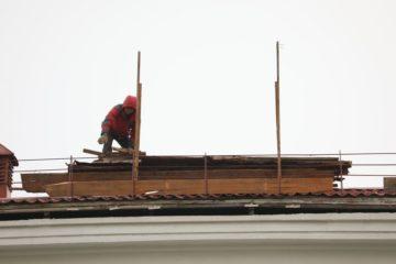 Пострадавшие от шторма крыши муниципальных объектов в Норильске отремонтируют в мае