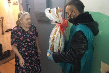 Волонтеры «Норникеля» развозят ветеранам подарочные наборы к 9 Мая
