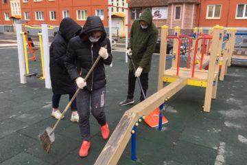 После жалоб норильчан детские площадки начали очищать от мусора