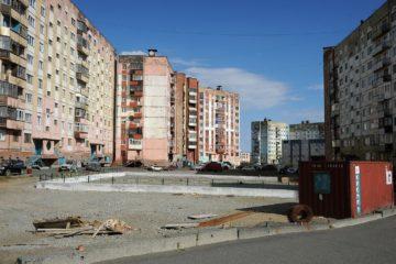 К концу лета необустроенный двор по Талнахской, 10, преобразится